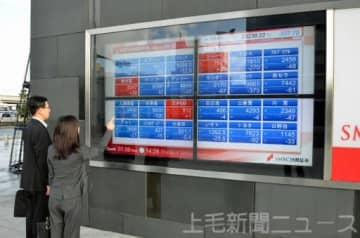 株価の動向を確認する人たち=8日午後、SMBC日興証券太田支店