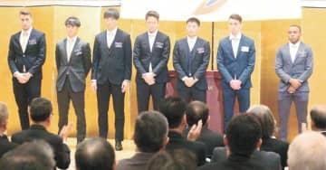 壇上で紹介を受けるクエンカ選手(右から2人目)ら新加入の7人