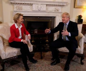 会談する英国のジョンソン首相(右)とフォンデアライエン欧州委員長(左)=8日、ロンドン(ロイター=共同)