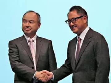 2018年10月4日のMONET設立の戦略的提携会見で、がっちり握手するソフトバンクの孫正義会長(左)とトヨタ自動車の豊田章男社長