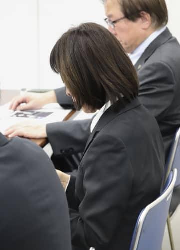 提訴後に記者会見する、亡くなった警備員の男性の母親=9日午後、川崎市役所
