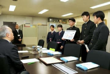 鍵本教育長(左)に受賞を報告する倉敷商業高の生徒