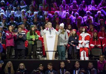スイスのローザンヌで開幕した冬季ユース五輪の開会式であいさつするIOCのバッハ会長(中央)(OIS提供・共同)