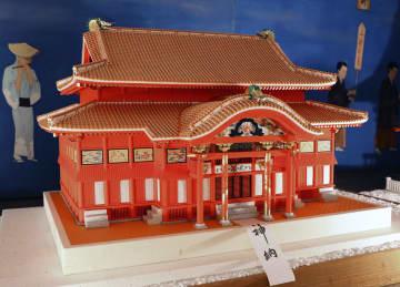 首里城の正殿を「山鹿灯籠」で復元した作品=熊本県山鹿市