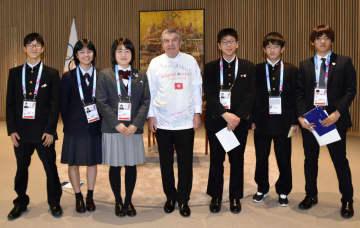 IOCのバッハ会長(中央)と面会した東北3県の中高生=9日、ローザンヌ(共同)