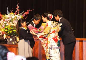 ▲新成人へ花束贈呈(昨年)