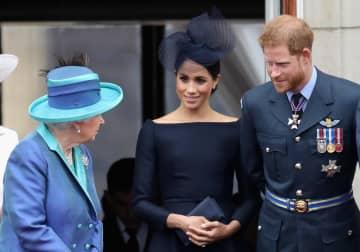 ロンドンで英空軍の記念行事に出席した(右から)ヘンリー王子とメーガン妃、エリザベス女王=2018年7月(ゲッティ=共同)