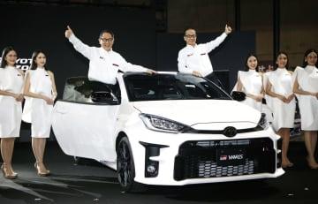 「東京オートサロン」で披露されたトヨタ自動車の「GRヤリス」。車上左は豊田章男社長=10日午前、千葉市の幕張メッセ