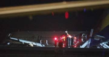 広島空港で着陸に失敗し、滑走路から外れたアシアナ航空機(2015年4月14日午後10時10分)