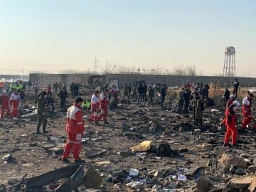ウクライナの旅客機が墜落した現場で対応に当たる関係者ら=8日、イラン・テヘラン(ゲッティ=共同)
