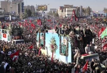 7日、イラン南東部ケルマンで、革命防衛隊精鋭部隊のソレイマニ司令官らのひつぎの周りに集まる人々(Erfan Kouchari/タスニム通信提供、AP=共同)