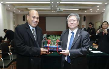 キリバス大統領、上海を訪問 「漁船」を贈られる