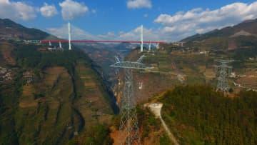 雲南省と貴州省を結ぶ送電網、山岳地帯で進む架線作業
