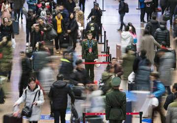 春節の帰省ラッシュが始まり、混雑する北京西駅=10日(長時間露光、共同)