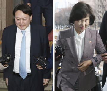 韓国の秋美愛法相(右)と尹錫悦検事総長(聯合=共同)