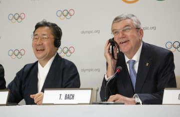 記者会見で笑顔を見せるIOCのバッハ会長(右)と韓国の朴良雨・文化体育観光相=10日、ローザンヌ(共同)