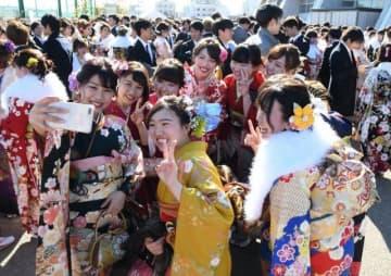 岡山市「新成人の集い」で友人らと記念撮影する新成人=2019年1月13日