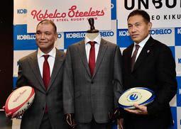 ワールド社製の公式スーツを着用する神戸製鋼の福本正幸チームディレクター(左)と元ワールドの東田哲也さん