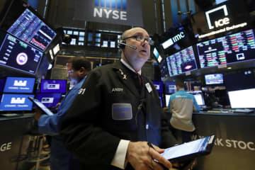 ニューヨーク証券取引所のトレーダー=10日(AP=共同)