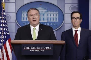 10日、米ホワイトハウスでイランに対する制裁について説明するポンペオ国務長官(左)とムニューシン財務長官(AP=共同)