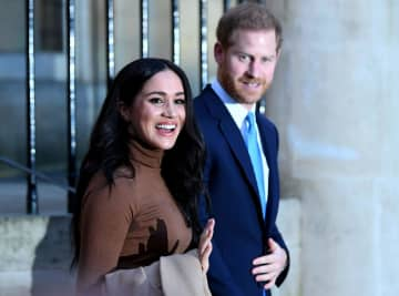 メーガン妃(左)とヘンリー王子=7日、英ロンドン(ロイター=共同)