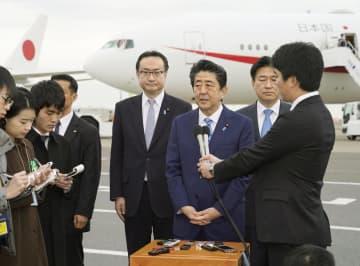 中東歴訪を前に、記者団の取材に応じる安倍首相=11日午前、羽田空港