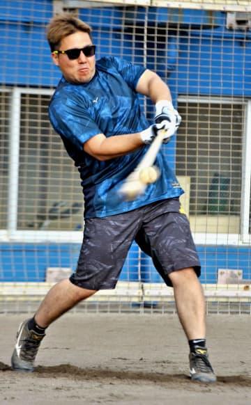 自主トレーニングでバッティングを披露する西武の山川穂高一塁手=アトムホームスタジアム宜野湾(又吉健次撮影)