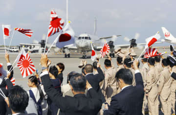 ジブチに向かうP3C哨戒機=11日午前10時50分、那覇市の那覇航空基地