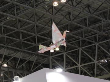 2019年の紅白舞台演出に使われた、電子部品企業ロームグループ・ラピスセミコンダクタの「ORIZURU」。写真は同社が展示会で実施したプロモーション飛行の様子。