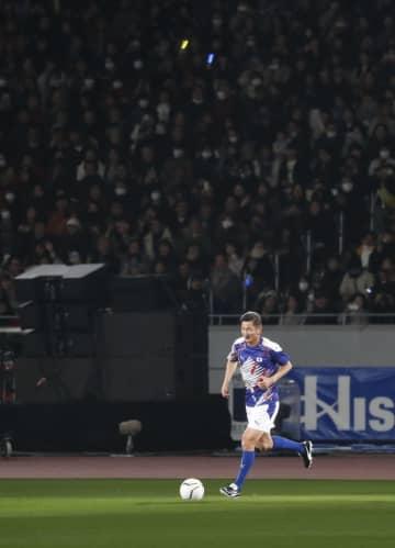 国立競技場のオープニングイベントに登場し、天然芝のフィールドでドリブルをするサッカー元日本代表の三浦知良選手=2019年12月