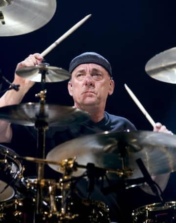 米ラスベガスで演奏を披露するニール・パート氏=2004年7月(ロイター=共同)