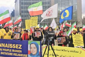 10日、EU緊急外相理事会が開かれたブリュッセルのEU本部前で、デモを行うイラン反体制派組織、国民抵抗評議会の支持者(共同)
