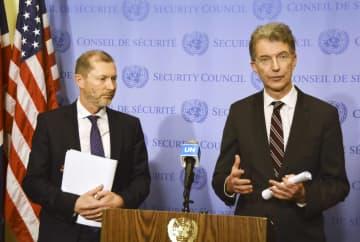 国連安全保障理事会の会合後、記者団の取材に応じるドイツのホイスゲン国連大使(右)とベルギーのペクスティン国連大使=10日、米ニューヨークの国連本部(共同)