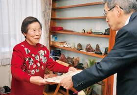 市に10万円を寄付した奥村さん(左)。市から感謝状が贈られた