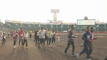 「甲子園の土」を2000人が踏みしめる(兵庫県西宮市)
