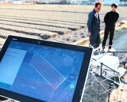 測量に基づき自動的に設定されたドローンの飛行ルートを示すタブレット端末=姫路市夢前町宮置(撮影・小林良多)