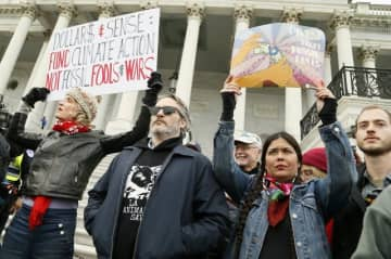 アメリカ合衆国議会議事堂前の階段で抗議デモを行うホアキン・フェニックス(中央) - 現地時間10日撮影 - Paul Morigi / Getty Images
