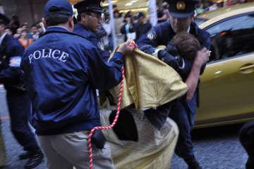 警察ともみ合う新成人=2012年1月、那覇市・国際通り