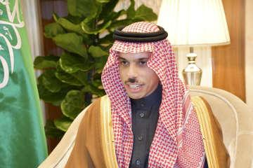 11日、サウジアラビアの首都リヤドで単独会見に応じるファイサル外相(共同)