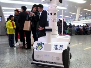 春節の帰省ラッシュに沸く杭州東駅で5Gロボットがパトロール