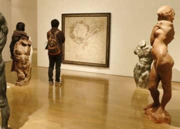 県内在住の3人の彫刻家の作品が並ぶ会場