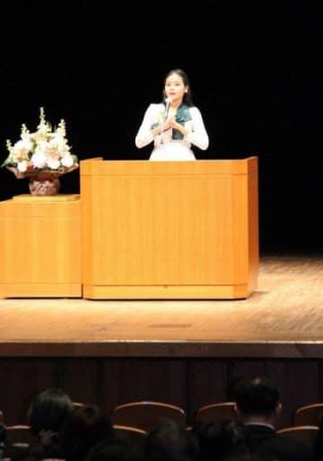 母国の文化をテーマに流ちょうな日本語でスピーチするパルさん