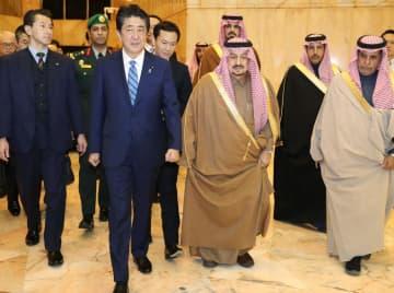 サウジアラビアのリヤドに到着した安倍首相=11日(代表撮影・共同)