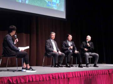 けがについて語る木村和司さん(右端)、奥寺康彦さん(右から2人目)、小川健二日本鋼管病院病院長。左端は司会の水内猛さん=大桟橋ホール