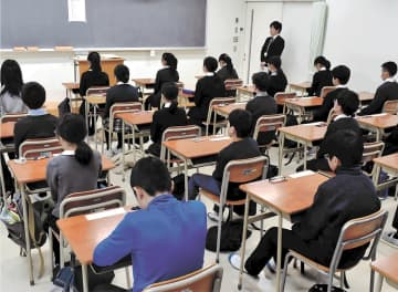 緊張した面持ちで問題用紙の配布を待つ児童たち=11日午前9時10分ごろ、仙台市若林区の仙台二華中