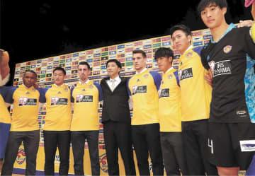 会見で肩を組む木山新監督(左から4人目)と新加入の選手