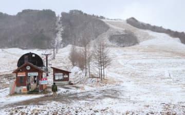 暖冬の影響で雪が少なく、営業できていない恩原高原スキー場=10日午前10時50分、鏡野町上斎原