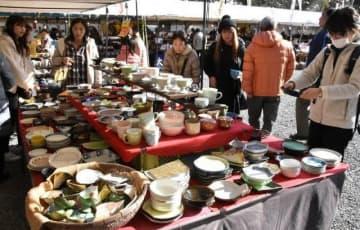 多彩な焼き物が並ぶ全国大陶器市の会場