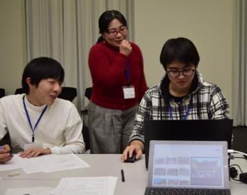 プロジェクションマッピングの制作に取り組むワークショップの参加者