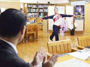 大野元裕知事(左)に演技を披露する越智田珠希さん=10日、県庁